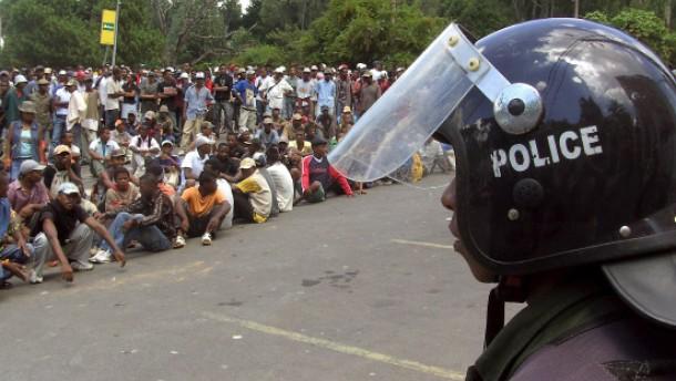 Militär feuert auf Demonstranten: 40 Tote, 300 Verletzte