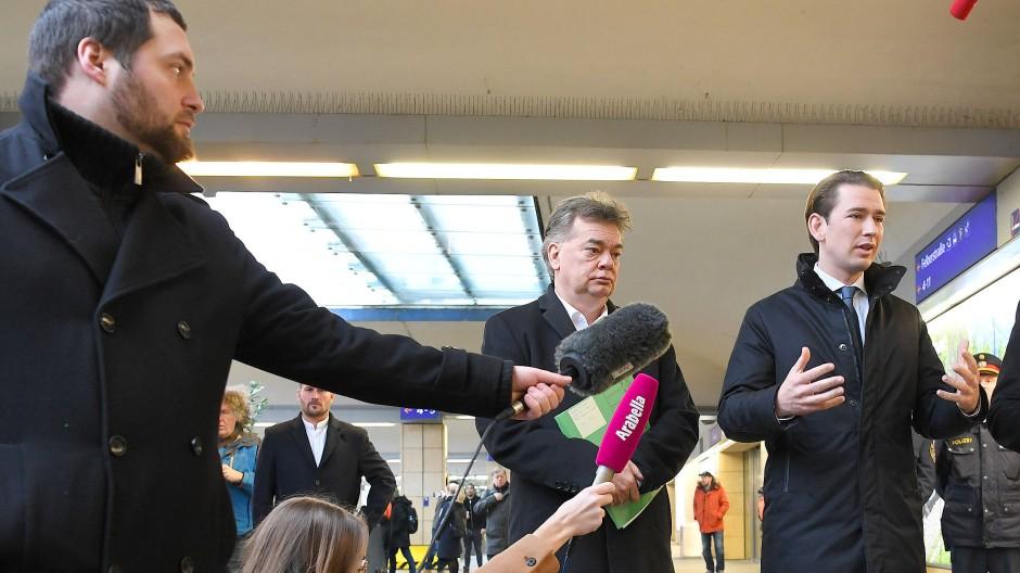In Szene gesetzt: Österreichs Vizekanzler Werner Kogler (li. Grüne) und Kanzler Sebastian Kurz beim Besuch der Polizeiinspektion am Wiener Westbahnhof.