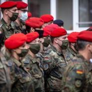 Im Einsatz in Deutschland: Bundeswehrsoldaten im Oktober 2020 bei einem Gruppenfoto vor dem Gesundheitsamt in Dortmund