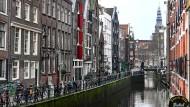 Blick in eine Amsterdamer Gracht: Seit Mitte Oktober können die Gastronomen in den Niederlanden keine Gäste mehr bewirten.