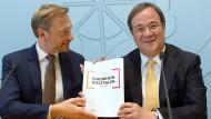 Modell auch für den Bund?: FDP-Chef Lindner und der heutige CDU-Chef Laschet präsentieren 2017 den schwarz-gelben Koalitionsvertrag in NRW.