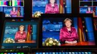 Bundeskanzlerin Angela Merkels Ansprache am 31. Dezember 2014 auf mehreren Bildschirmen im ARD-Hauptstadtstudio