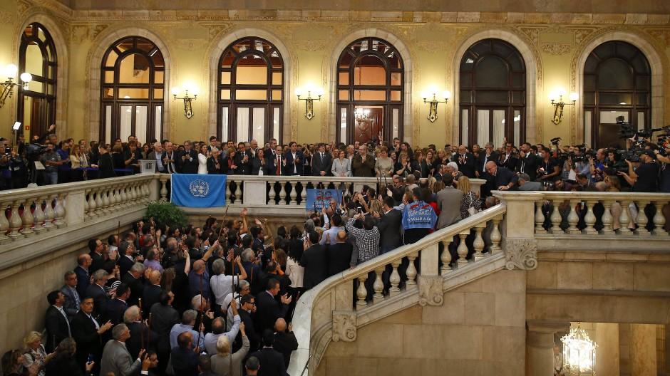 Kataloniens Präsident Carles Puigdemont und sein Stellvertreter Oriol Junqueras zusammen mit Abgeordneten im Treppenhaus des katalonischen Parlaments