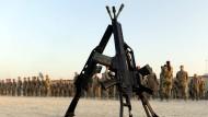 Sand im Getriebe: Drei G36 vor einer Gruppe von Bundeswehrsoldaten in Kundus im Jahr 2011