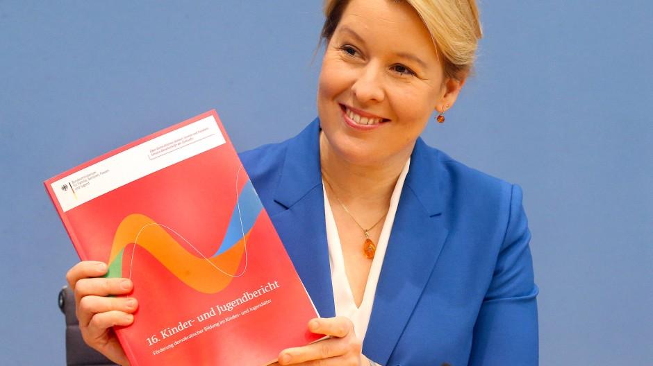 Bundesfamilienministerin Franziska Giffey stellt den 16. Kinder- und Jugendbericht vor.