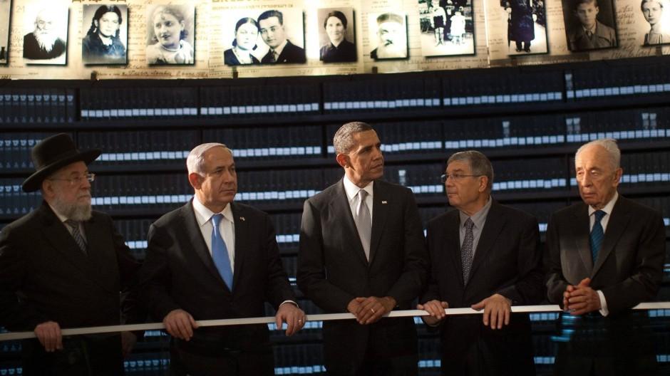 """Präsident Obama (Mitte) in der """"Halle der Namen"""""""