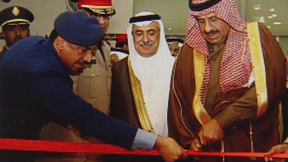 """Ein undatiertes Bilde des ARD-Magazins """"Kontraste"""" zeigt den saudischen stellvertretenden Verteidigungsminister Khalid bin Sultan (r.) bei der Einweihung einer Gewehrfabrik der staatseigenen saudischen Ruestungsfirma MIC in Al-Kharj."""