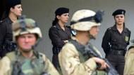 Die kurdische Polizei unterstützt amerikanische Soldaten