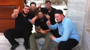 Deutsche Salafisten reisten trotz Haftbefehl und Überwachung aus