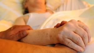 Abgeordnete wollen die Sterbehilfe neu regeln