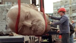 Was für ein Schädel: der Berliner Lenin-Kopf bei den Abrissarbeiten im Jahr 1991