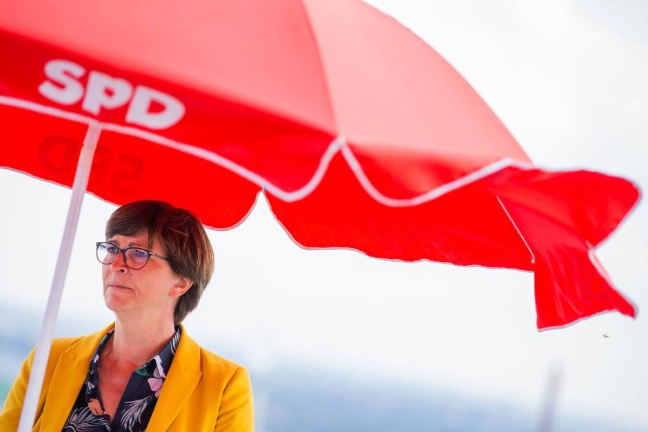 """""""Das ist natürlich ein enttäuschendes Ergebnis"""": SPD-Vorsitzende Saska Esken, hier am 2. September auf ihrer Sommerreise auf der Halde der Schachtanlage Prosper in Bottrop"""