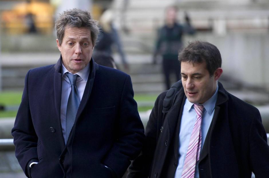 """Schauspieler Hugh Grant (links) kommt zur Veröffentlichung des Leveson-Berichts gemeinsam mit """"Hacked Off""""-Sprecher Evan Harris."""