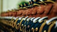 Eine Ehrenformation der chinesischen Streitkräfte wartet in der Großen Halle des Volkes in Peking am 22. März auf einen Staatsgast.