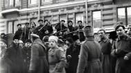 Revolutionsstimmung: Aufständische Soldaten und Matrosen im Februar 1917 in den Straßen von St. Petersburg