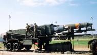 Amerikas Antwort anno 1988: Eine Mittelstreckenrakete vom Typ Pershing II wird in Cape Canerveral für den Start vorbereitet.
