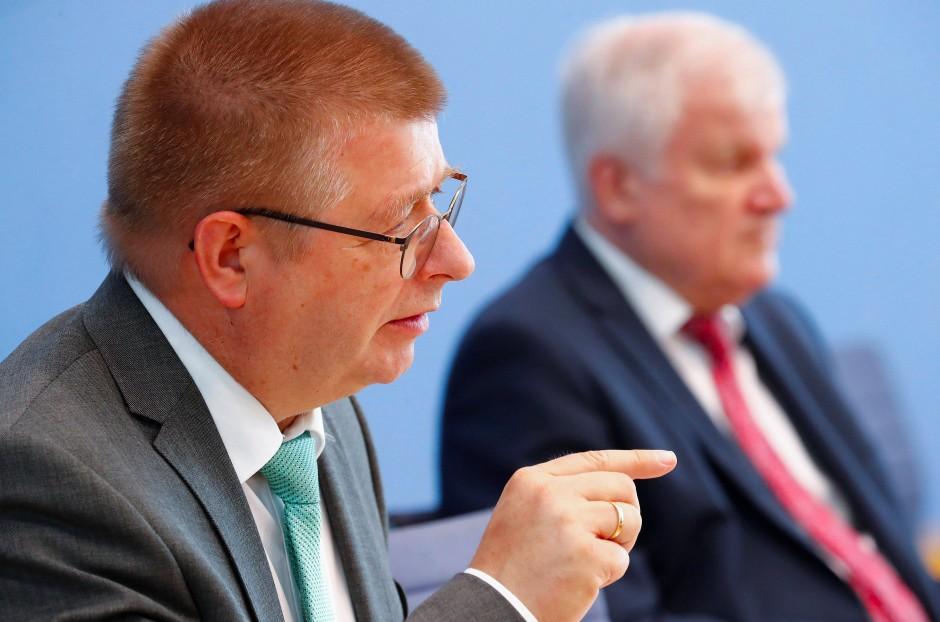 Der Präsident des Bundesamtes für Verfassungsschutz, Thomas Haldenwang, mit Bundesinnenminister Horst Seehofer im Sommer bei einer Pressekonferenz