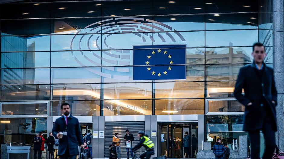Passanten gehen vor Europäischen Parlaments über die Straße (Archivbild)