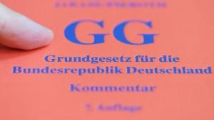 Deutsche schätzen das Grundgesetz