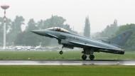 Gehopst wie gesprungen: Ein Eurofighter landet ohne Waffen bei der ILA in Berlin-Schönefeld, so wie die zusätzlichen Jets bald an der Nato-Ostgrenze