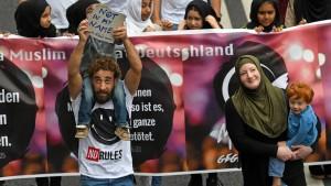Nur wenige Muslime demonstrieren in Köln