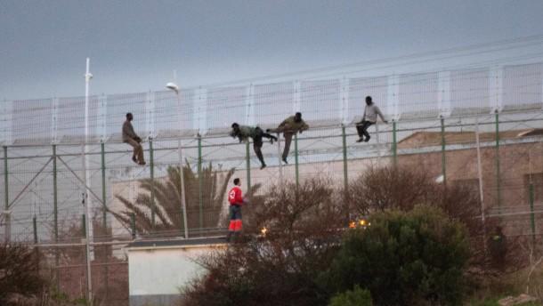 Notfalls mit Gewalt über den blutigen Zaun