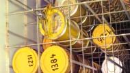 Nicht sicher für die Ewigkeit: Provisorisch zwischengelagerte rostige Atommüllfässer im Kernkraftwerk Brunsbüttel