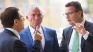 In Krisenstimmung: Peter Hauk (r, CDU), designierter Minister für den ländlichen Raum unterhält sich am 11. Mai 2016 im Landtag in Stuttgart mit Thomas Strobl (M, CDU, designierter Innenminister) und Wolfgang Reinhart, Vorsitzender der Landtagsfraktion der CDU Baden-Württemberg.