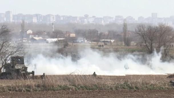 Tränengas über Migranten