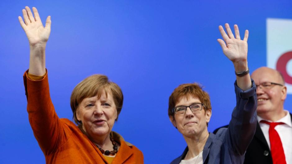 Schicksalsgemeinschaft in der CDU: Bundeskanzlerin Angela Merkel und die saarländische Ministerpräsidentin Annegret Kramp-Karrenbauer beim gemeinsamen Wahlkampfauftritt in St-Wendel.
