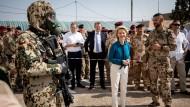 Den hört man kaum noch: Ein Bundeswehrsoldat mit Atemschutzmaske auf dem irakischen Militärstützpunkt am 16. September neben Ursula von der Leyen (CDU)