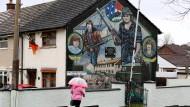 """Ein Gemälde in Belfast erinnert an zwei Kämpfer der """"Irisch-Republikanischen Armee"""", die 1973 von britischen Soldaten erschossen wurden."""