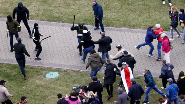 Sicherheitskräfte nehmen viele Demonstranten fest