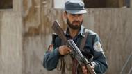 Ein afghanischer Polizist vor einem Kontrollpunkt in Kandahar. Am Dienstag hatte ein Polizist im Süden zehn seiner Kollegen erschossen.