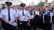 Gedenken an Absturzopfer: Piloten und Flugbegleiterinnen trauern in Kairo um ihre toten Kollegen.