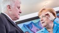 Bundeskanzlerin Angela Merkel (CDU) spricht am 13. Juni mit Horst Seehofer (CSU), Bundesminister für Inneres, Heimat und Bau, vor Beginn der Sitzung des Bundeskabinetts im Kanzleramt.