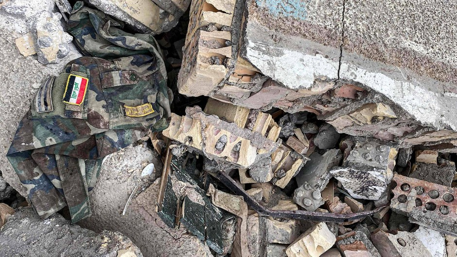 Reste einer Uniform inmitten von Trümmern nach amerikanischen Luftangriffen in der irakischen Provinz Babylon, die die Kataib Hizbullah kontrolliert.