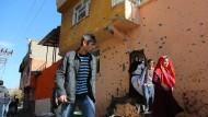 Einwohner fliehen am 14. Dezember im ostanatolischen Distrikt Sur aus ihren Häusern, nachdem Gefechte zwischen türkischer Armee und Kämpfern der kurdischen PKK in Diyarbarkir begannen.
