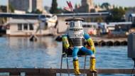 Trampender Roboter von Vandalen zerstört