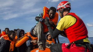 Spanien nimmt 300 von Italien und Malta abgewiesene Migranten auf