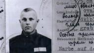 """Dienstausweis von Iwan John Demjanjuk, den er als """"Wachmann"""" 1942 in seinem Ausbildungslager Trawniki bekam"""