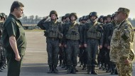 Präsident Poroschenko (l.) will seine Soldaten mit mehr Waffen ausstatten