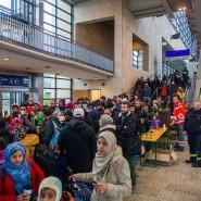 Flüchtlinge kommen im Messebahnhof Hannover-Laatzen an (Oktober 2015).