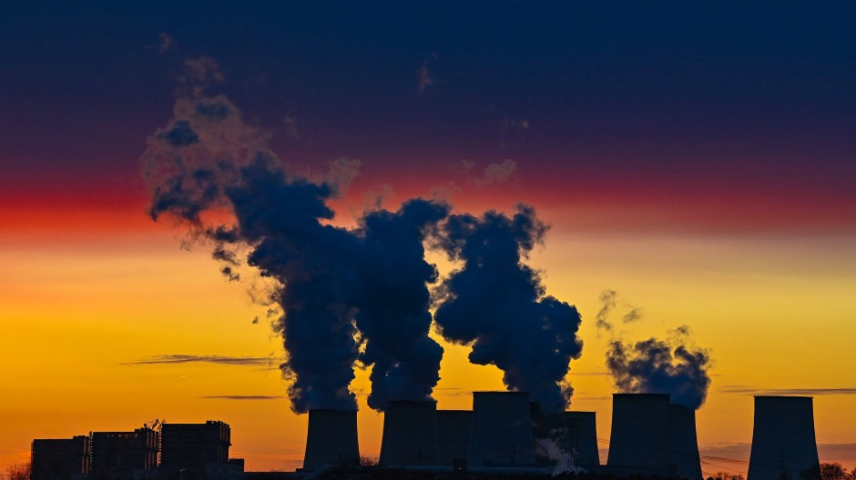 Farbenprächtig leuchten die Wolken im Sonnenuntergang über den Kühltürmen des Braunkohlekraftwerks Jänschwalde der Lausitz Energie Bergbau AG (LEAG)