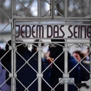 Besucher hinter dem Lagertor des früheren Konzentrationslagers Buchenwald