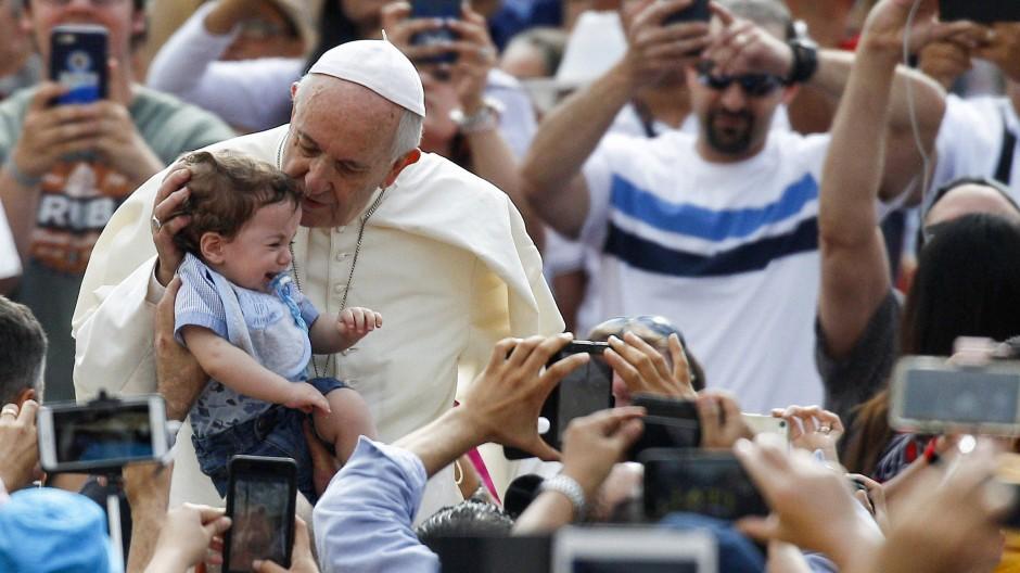 """""""Das ist Heiligkeit, die aus Liebe alles vergibt"""", sagt Papst Franziskus, hier am 13. Juni bei seiner Generalaudienz in Rom, über Vergebung von Fremdgehen."""