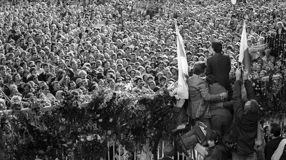 Erster Sieg im Kampf gegen die Diktatur: Der polnische Arbeiterführer Lech Walesa verkündet am 31. August 1980 die Einigung mit der kommunistischen Regierung und das Ende des Streiks auf der Danziger Werft.