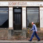 Ein Mann geht im September 2007 an einem ehemaligen Konsum-Laden in Vellahn vorbei.