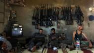 Die Freie Syrische Armee ist eine der ältesten Gruppe auf dem syrischen Schlachfeld. Sie gehört zu dem Bündnis, das nun in die Waffenruhe eingewilligt hat. Das Foto zeigt Kämpfer im Juni 2012.