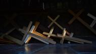 Holzkreuze liegen im Rundgang um die Gnadenkapelle im oberbayerischen Wallfahrtsort Altötting (Archivbild).